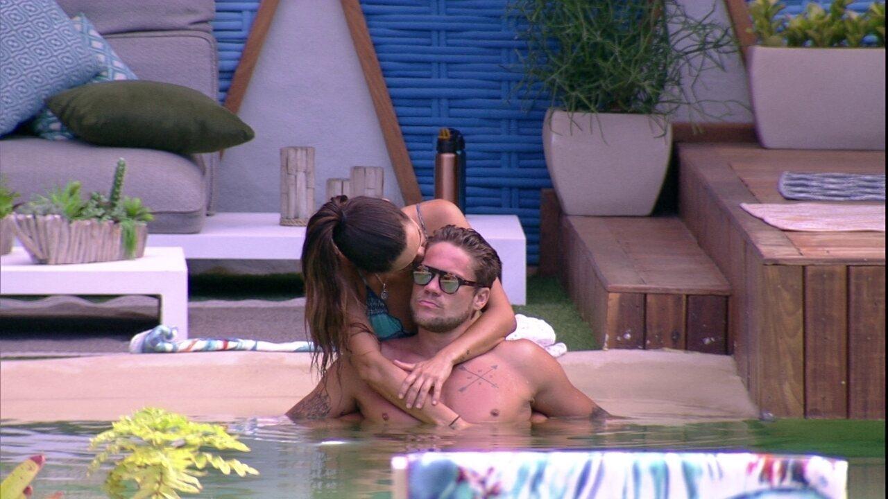 Paula e Breno trocam carinhos na piscina