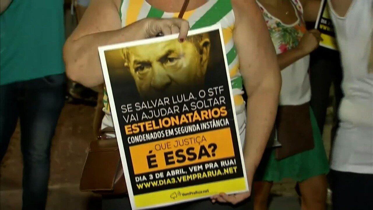 Manifestantes fazem protesto em Fortaleza pela prisão do ex-presidente Lula