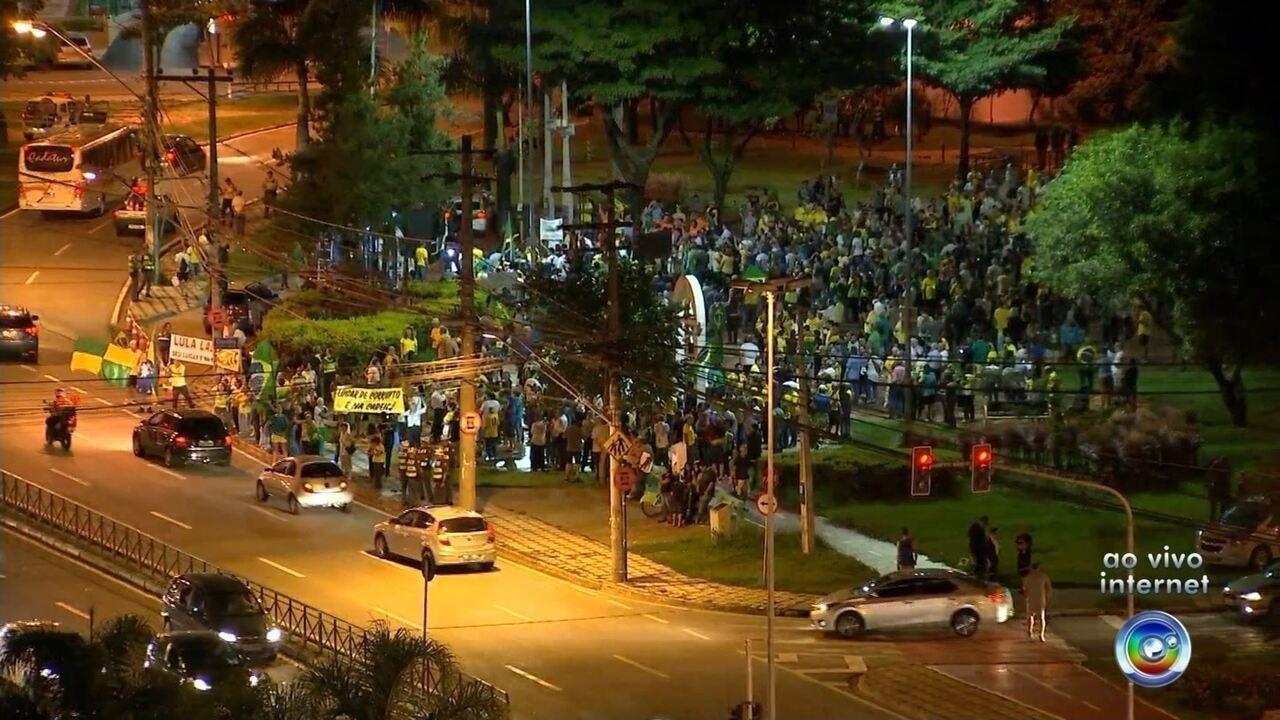 Manifestantes fazem protestos em favor favor da operação Lava Jato