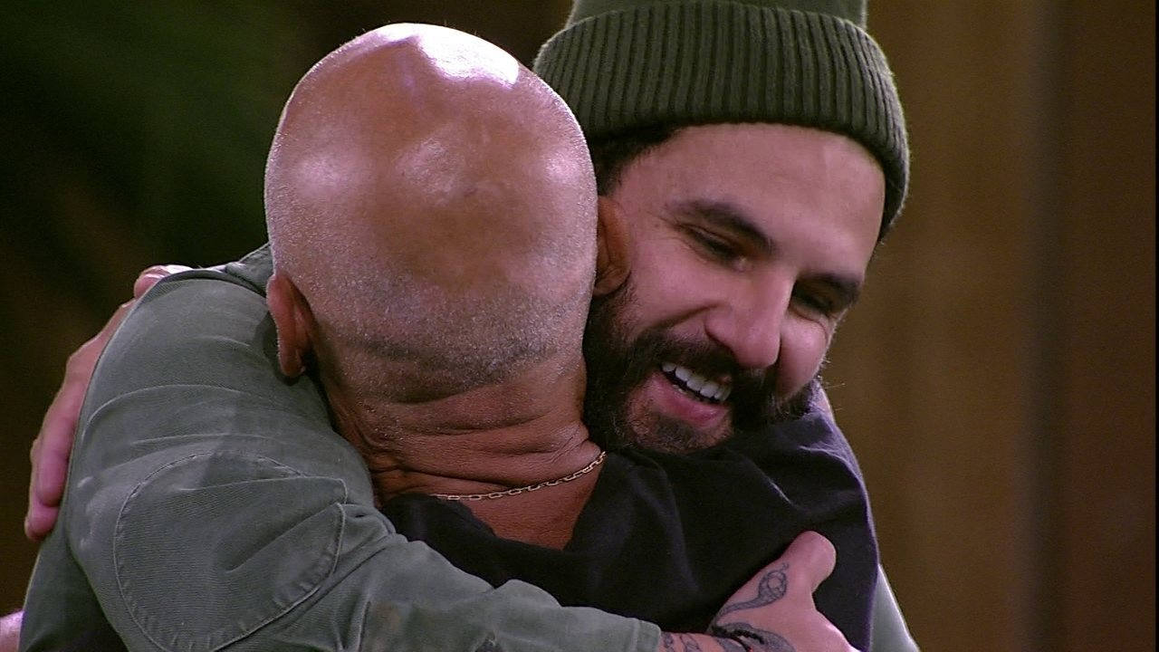 Wagner e Ayrton se abraçam no gramado do BBB