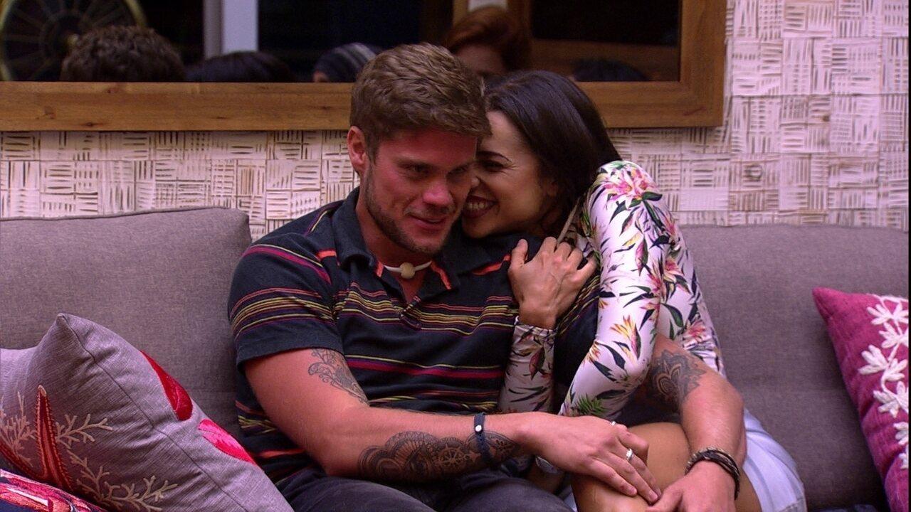 Breno e Paula ficam abraçados no sofá