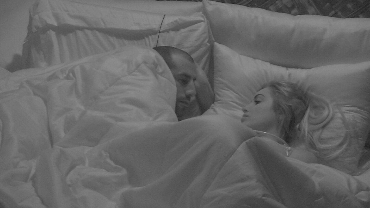 Kaysar declara para Jéssica: 'Vou ficar olhando para você até chegar meu sono'