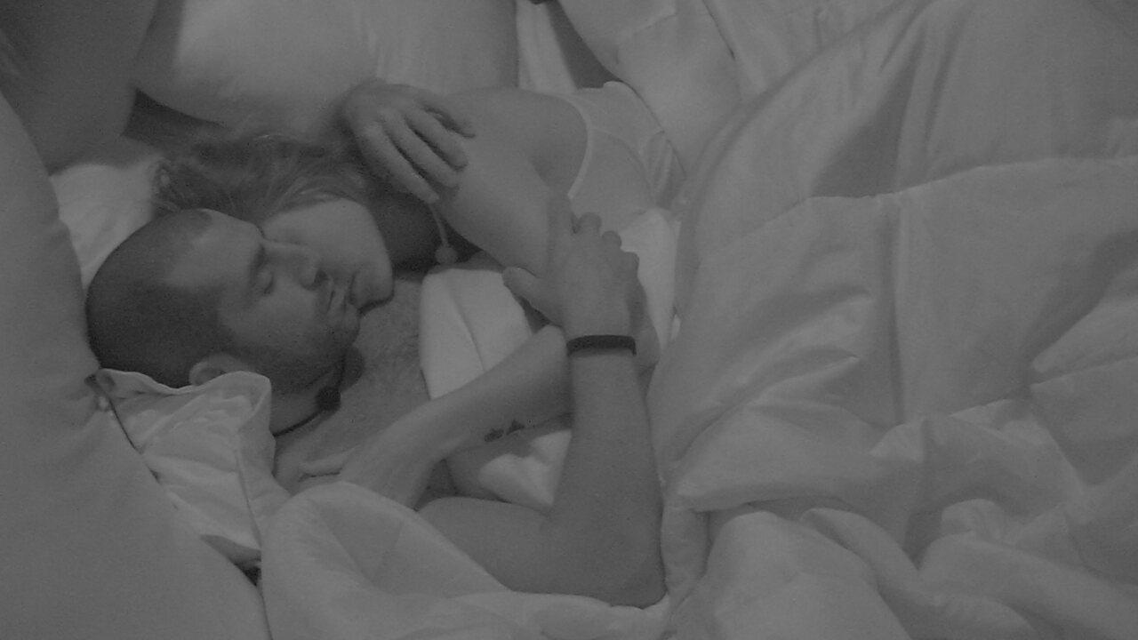 Jéssica dá beijo de boa noite e deita abraçada com Kaysar