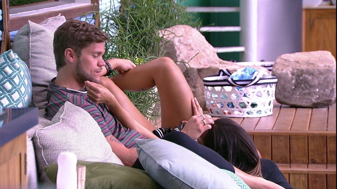 Breno troca carinhos com Paula no sofá da área externa