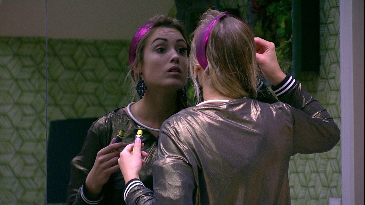 Jéssica se maquia para a Festa Disco