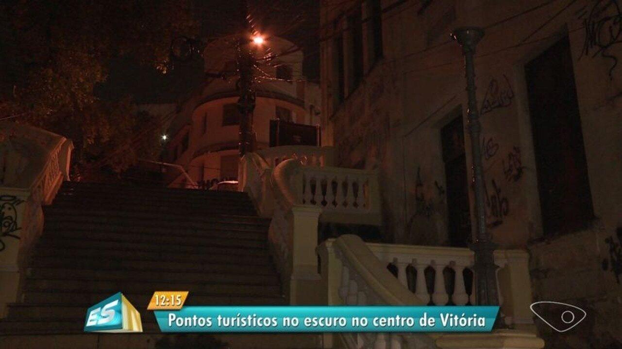 Pontos históricos turísticos ficam apagados à noite em Vitória