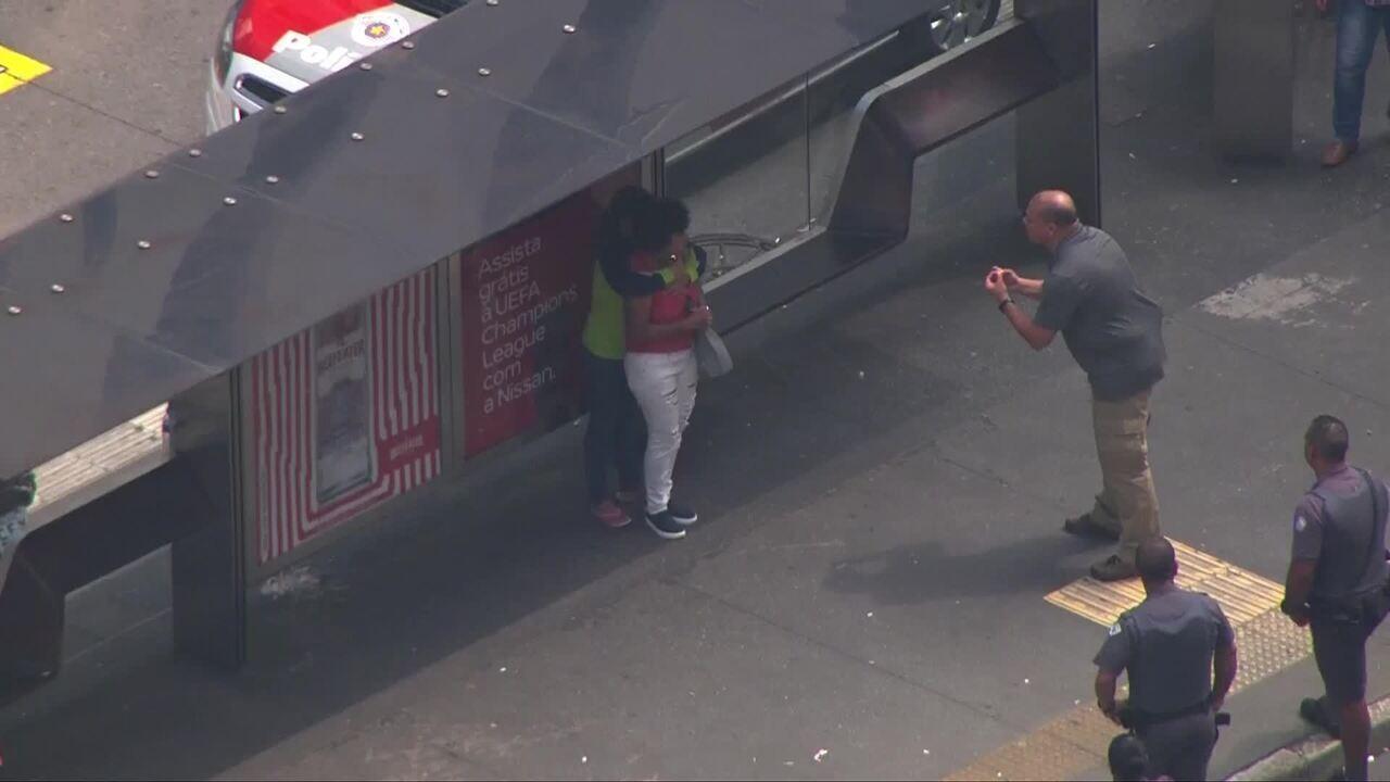 Veja o momento em que mulher que fazia refém na Avenida Paulista se entrega à polícia