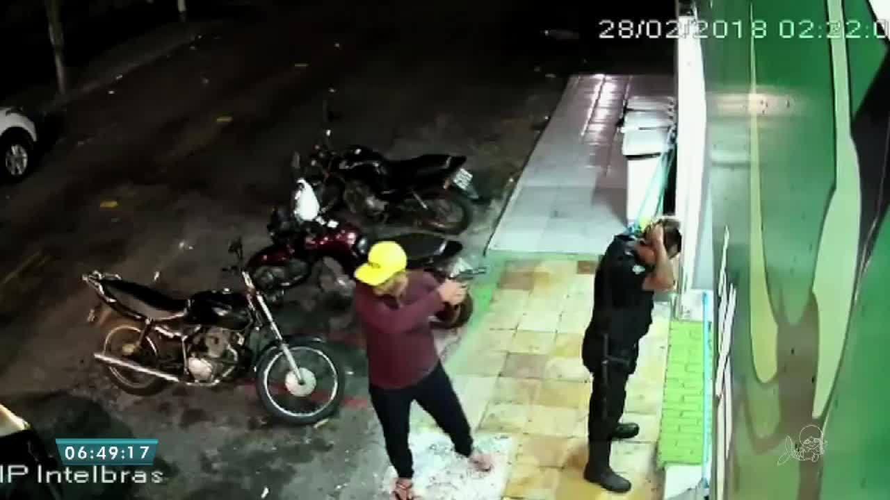Presos suspeitos flagrados em assalto a lanchonete em Fortaleza