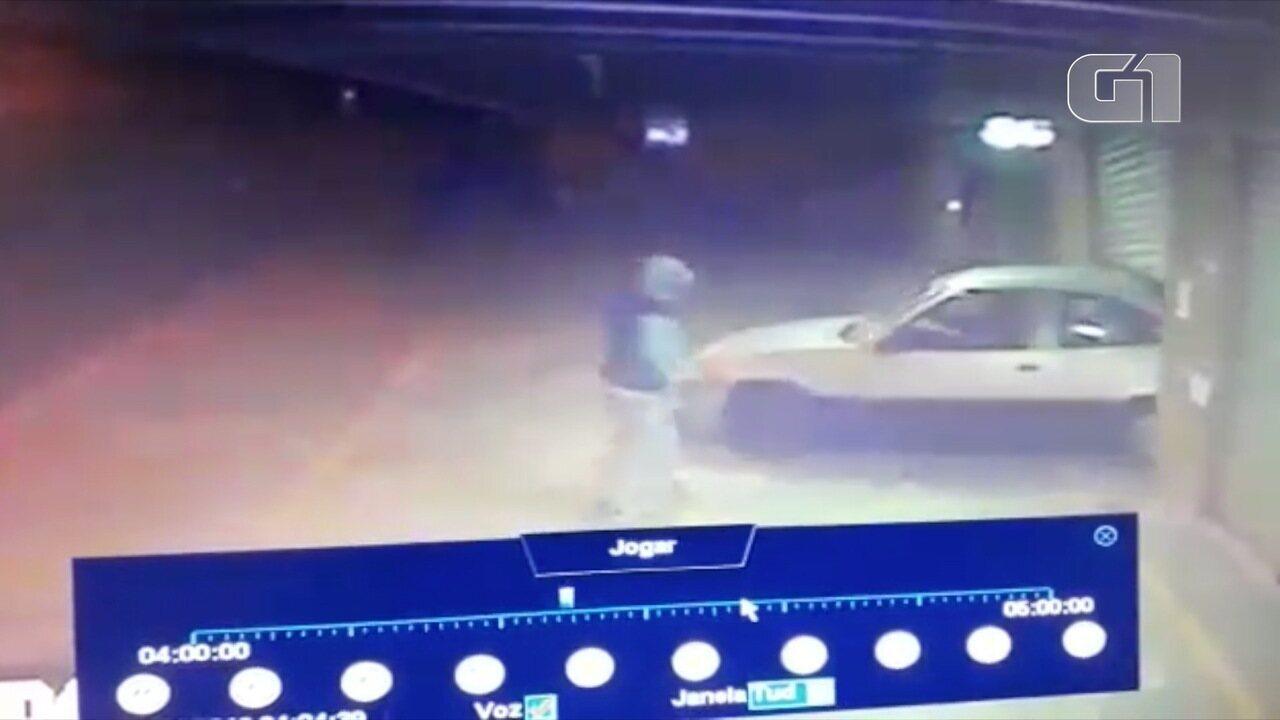Criminosos invade padaria om carro em São José