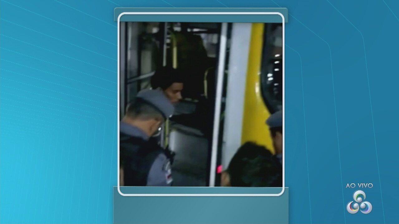 Homem furta ônibus, colide contra dois carros e é detido pela polícia eM Manaus