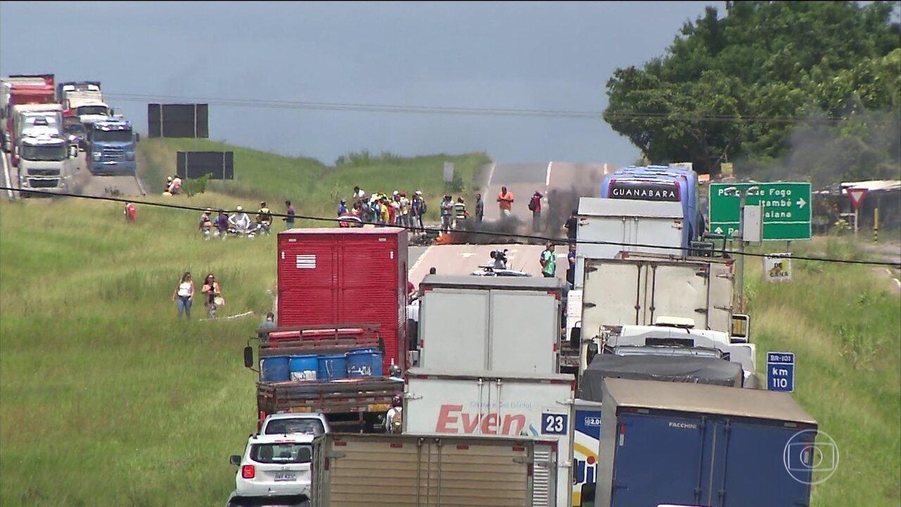 MST faz bloqueios em várias estradas do país em protesto contra a prisão de Lula