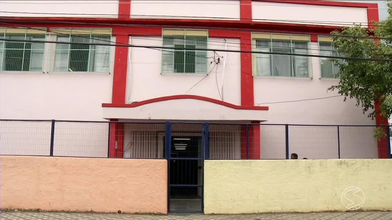 Ventilador de teto de escola municipal despenca e atinge criança em Barra Mansa, RJ