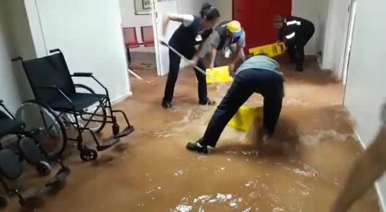 Funcionários tentam estancar inundação em hospital de Ceilândia, no DF