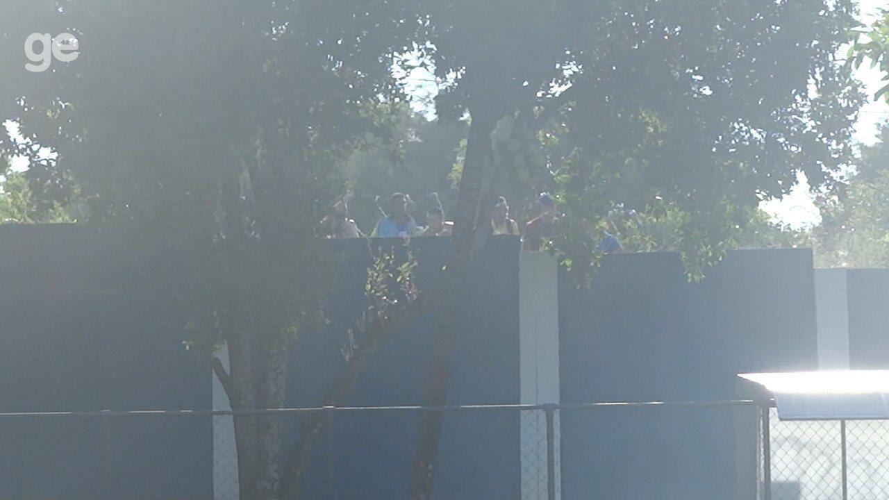 Torcedores protestam do lado de fora da Toca durante treino do Cruzeiro