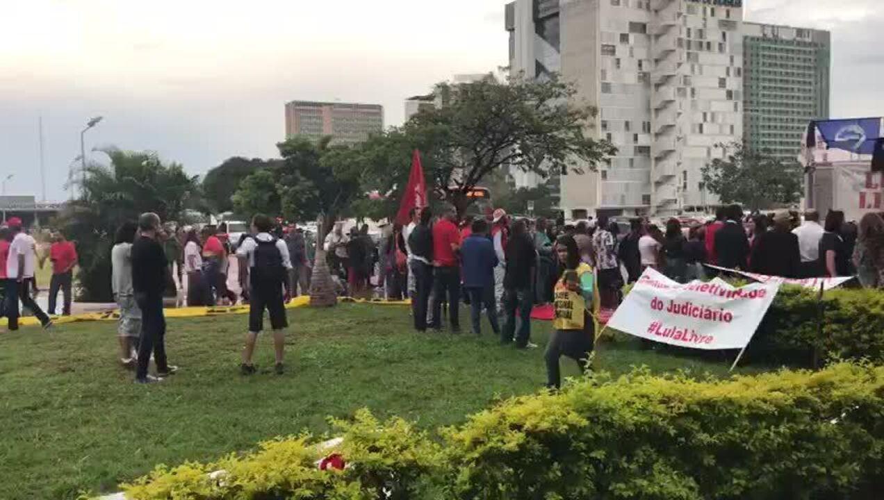 Grupo faz ato em apoio a Lula na área central de Brasília