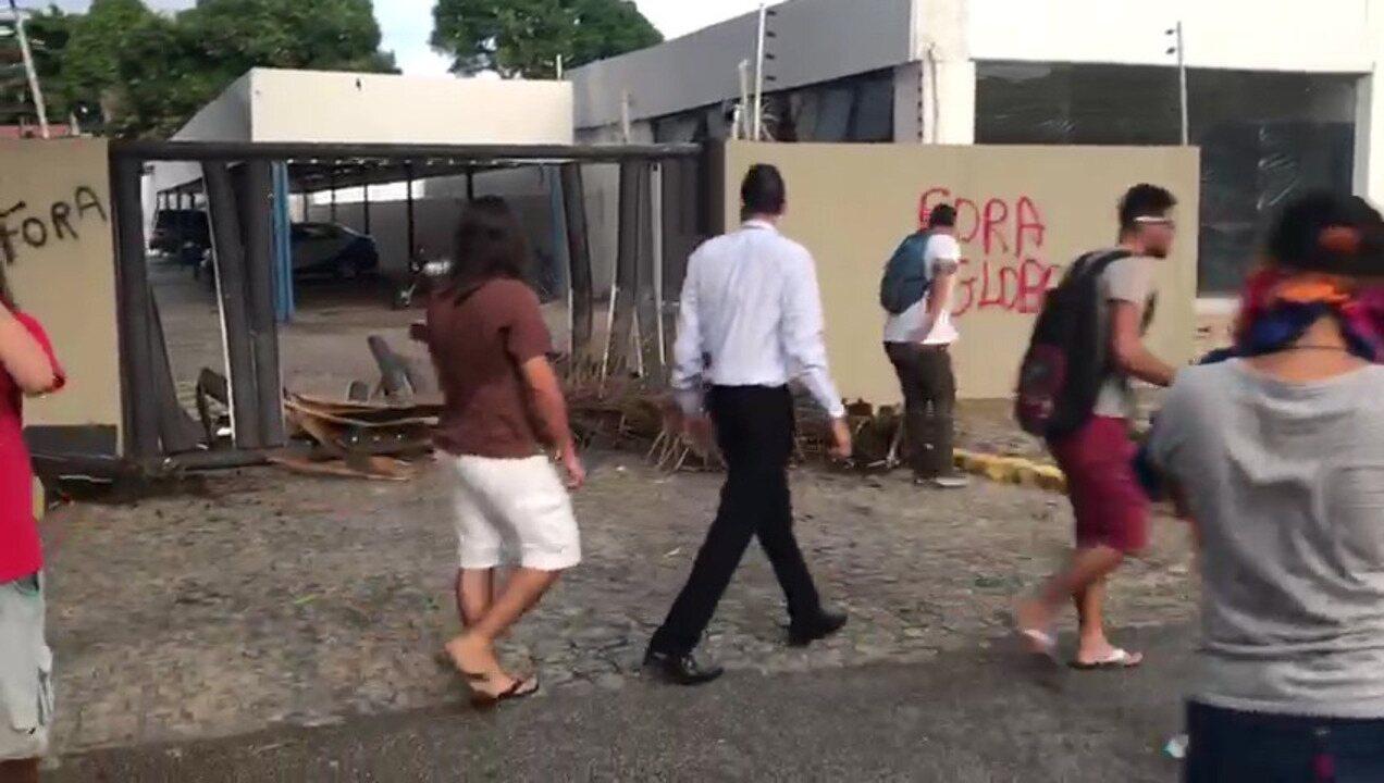 Vândalos depredam prédio da TV Cabo Branco durante protesto em João Pessoa
