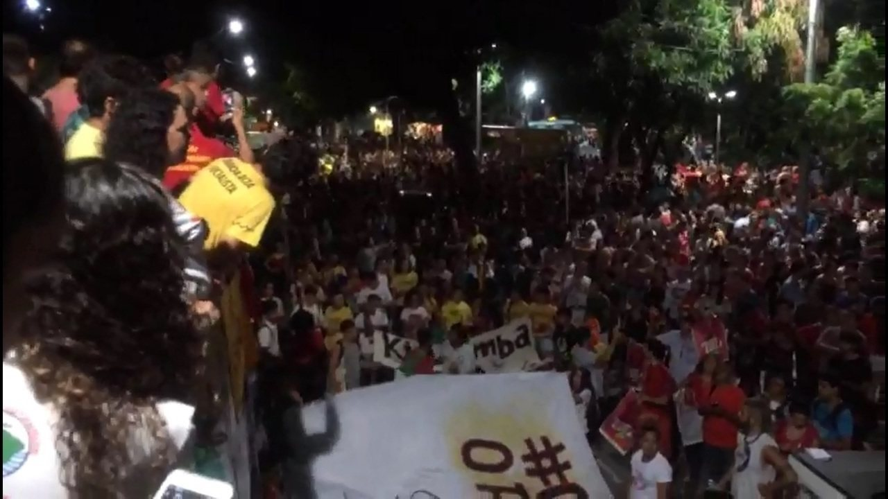 Grupo protesta em Fortaleza contra a prisão de Lula