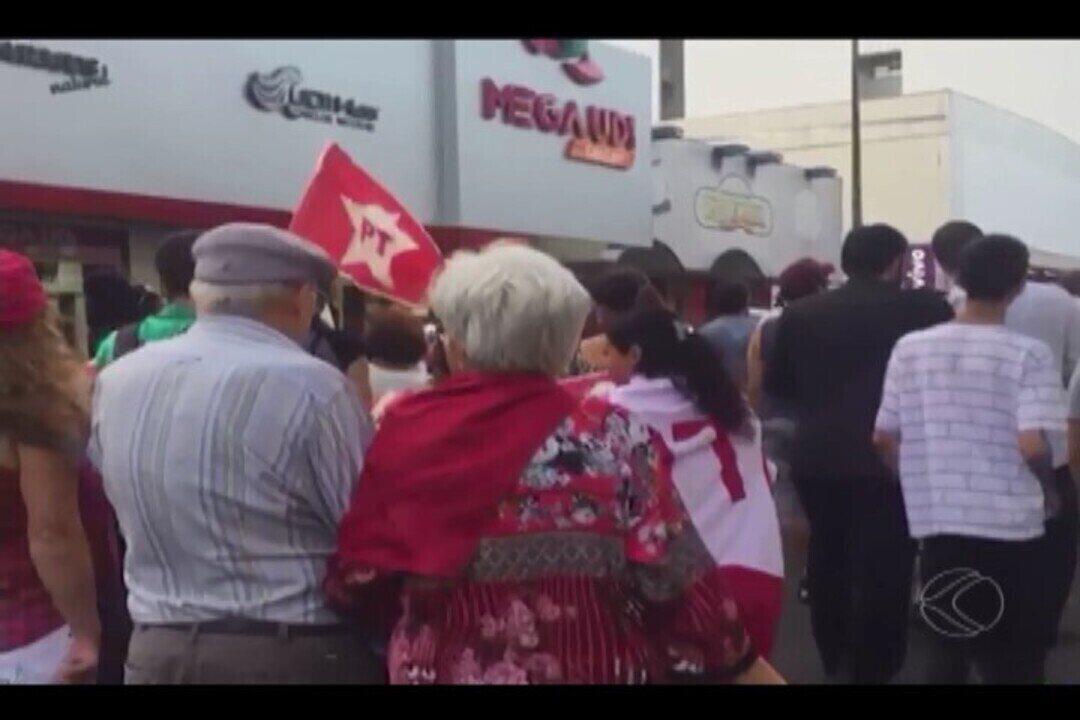 Manifestantes fazem ato contra prisão do ex-presidente Lula em Uberlândia