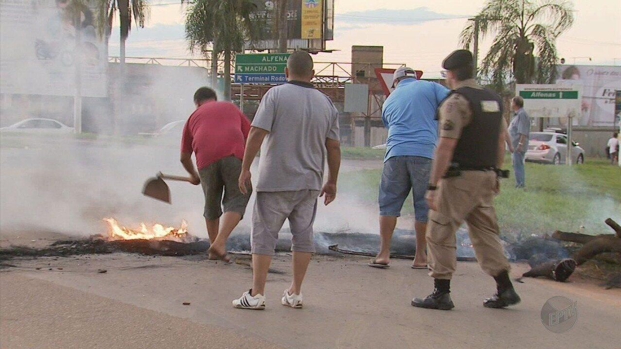 Manifestantes bloqueiam BR-491 em protesto contra prisão do ex-presidente Lula em Alfenas