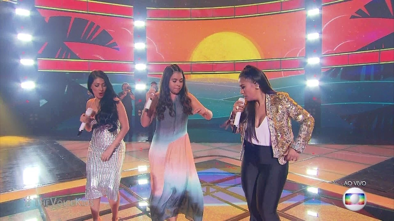 Eduarda volta ao palco com as técnicas Simone & Simaria e cantam 'Chorando se Foi' na final do 'The Voice Kids'
