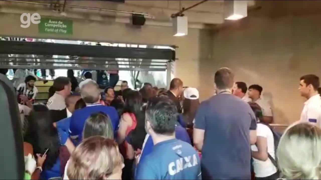 Veja confusão na entrada dos vestiários do Mineirão, após vitória do Cruzeiro sobre o Galo