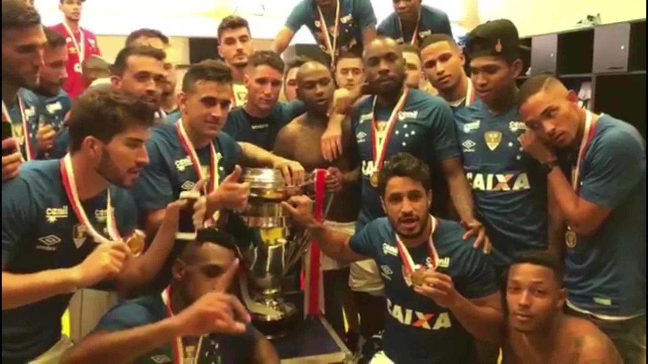 Elenco do Cruzeiro dedica título mineiro a Fred