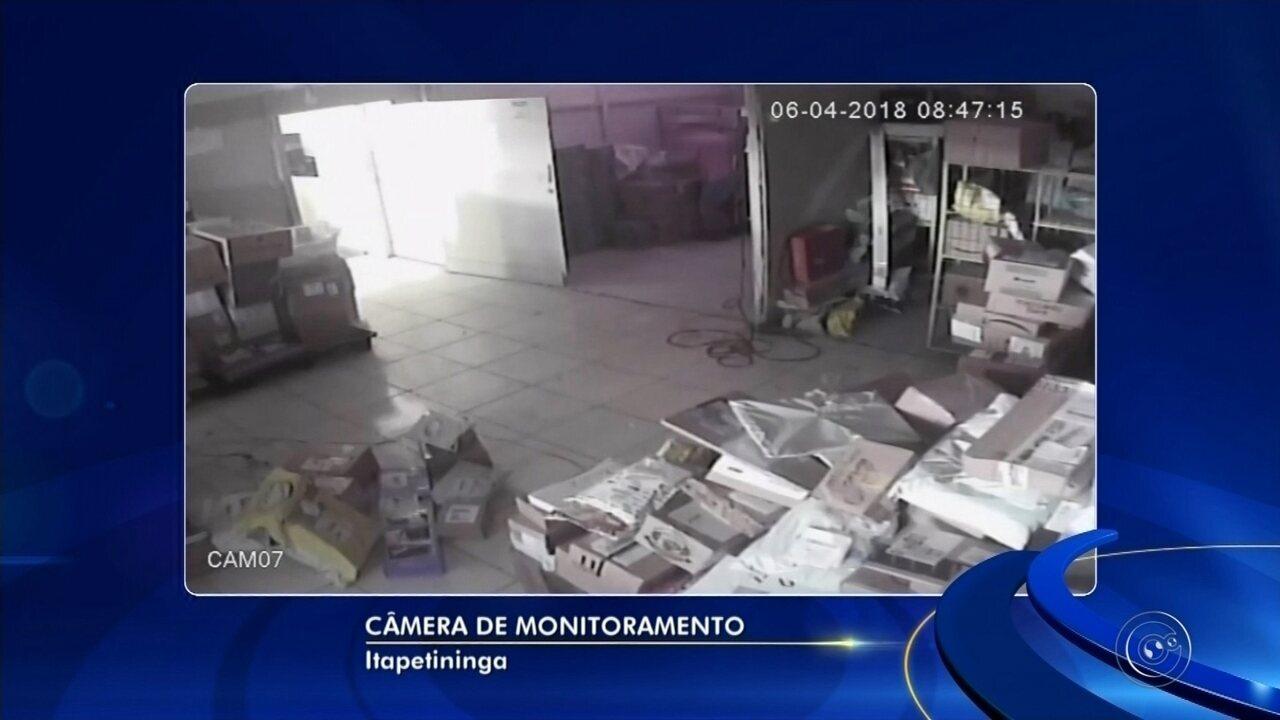 Funcionário de distribuidora de revistas é preso suspeito de furtar figurinhas da Copa