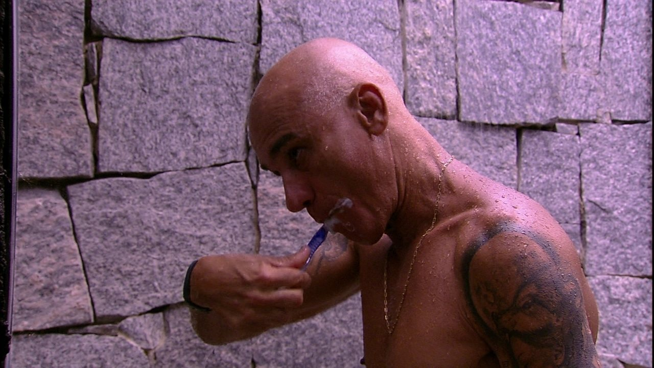 Ayrton toma banho, depois de relaxar na espreguiçadeira