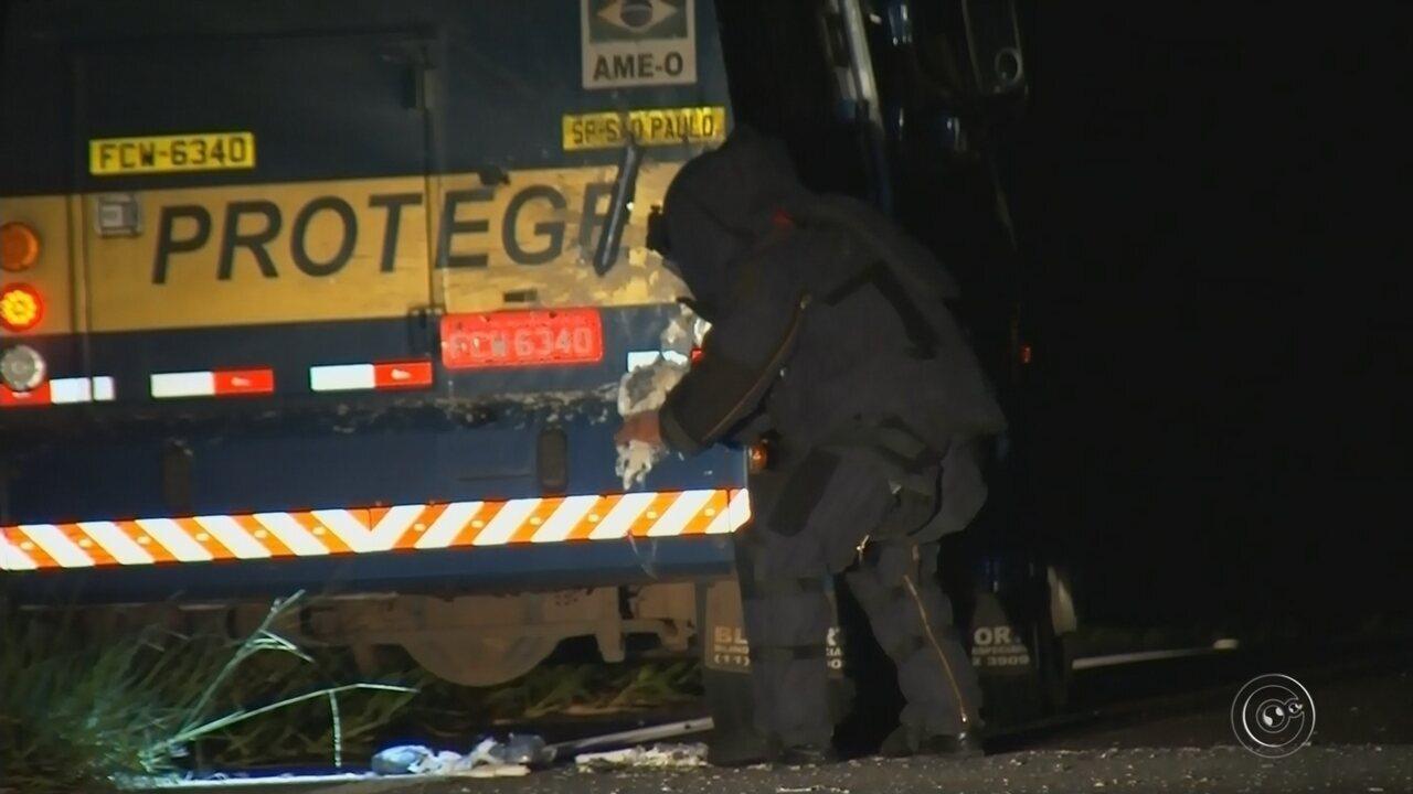 Carro-forte atacado em rodovia tinha malotes de pelo menos 7 empresas, diz polícia