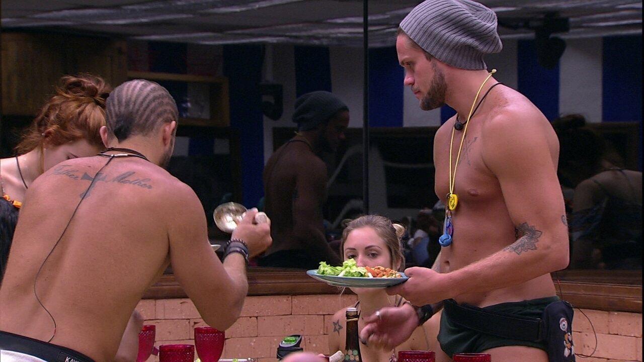 Brothers almoçam juntos comida preparada por Paula