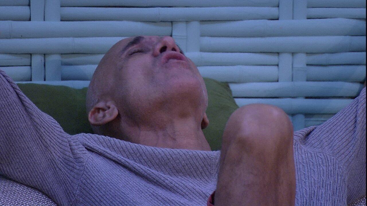 Ayrton canta 'Não deixe o samba morrer' de olhos fechados