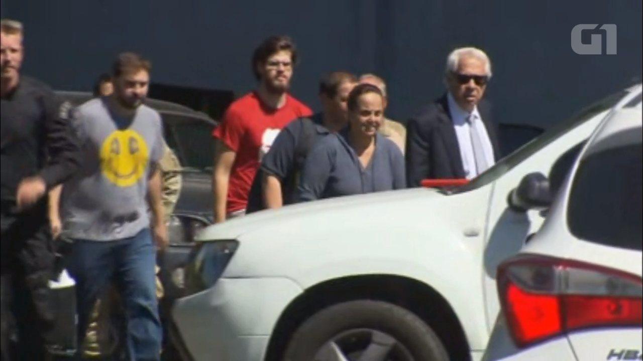 Assista imagens da saída de familiares de Lula, que visitaram o ex-presidente na Superintendência da PF, em Curitiba