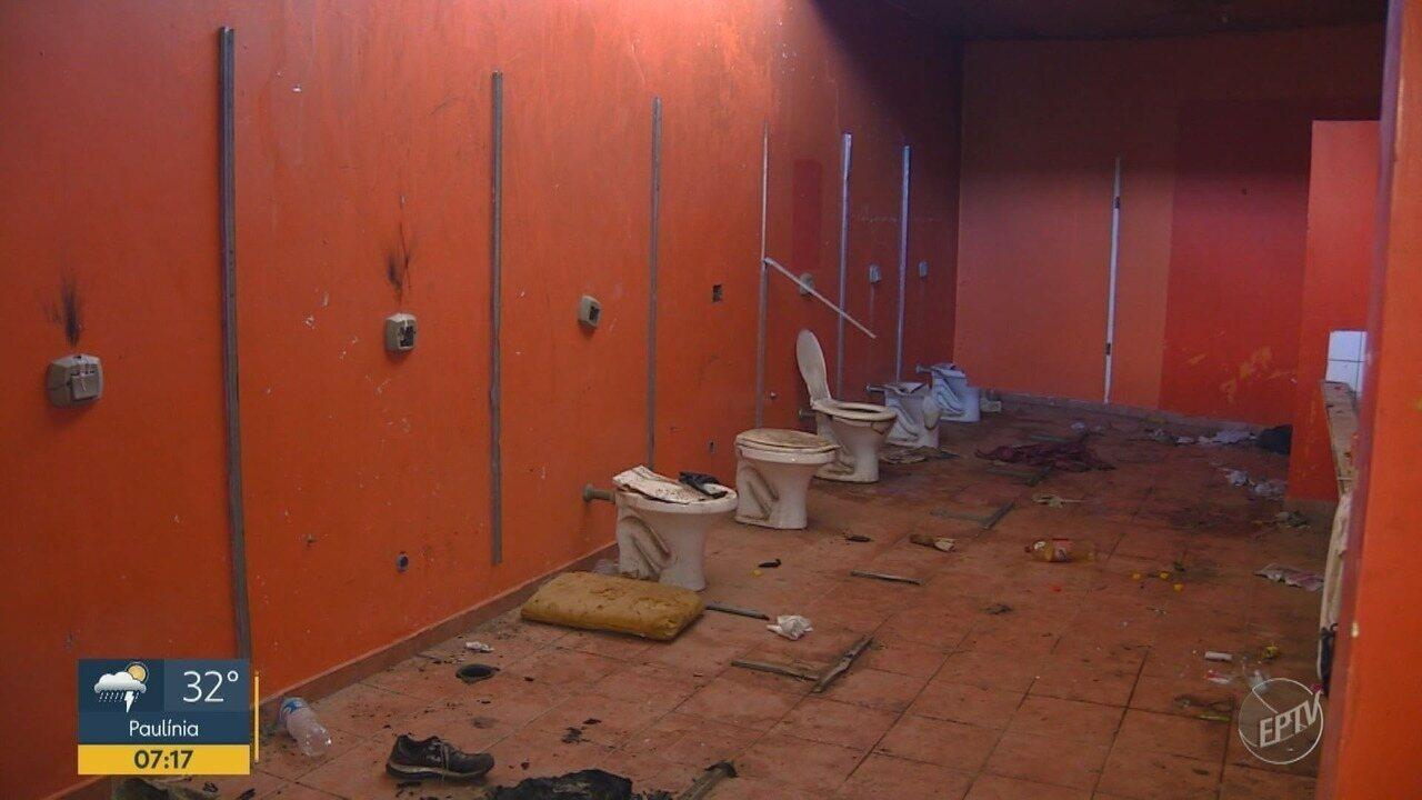 Banheiros da Praça Arautos da Paz, em Campinas, continuam em más condições