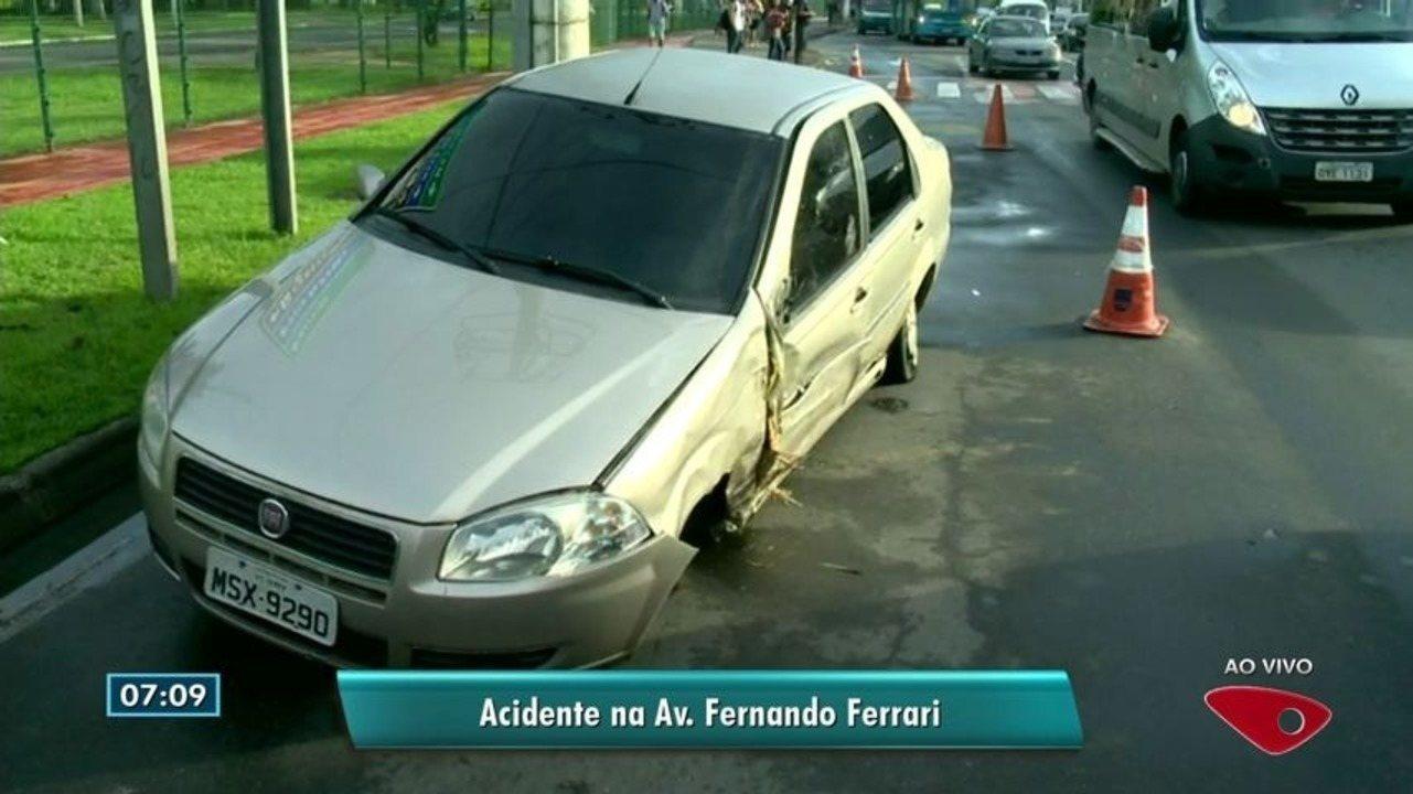 Carro bate em palmeira na Fernando Ferrari em Vitória e complica trânsito