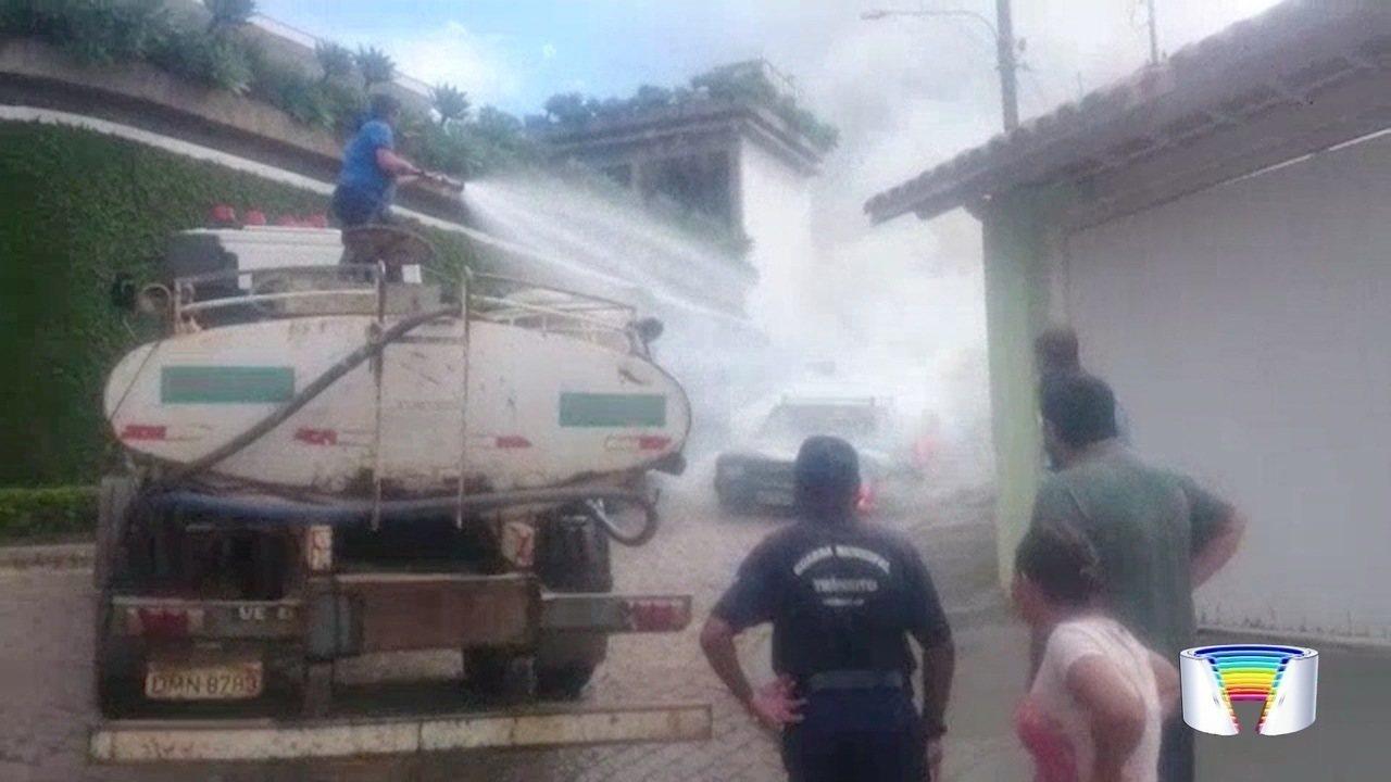Um carro pegou fogo em Piracaia