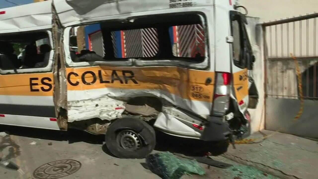 Acidente entre caminhão e van escolar deixa 12 feridos em Carapicuiba (SP)