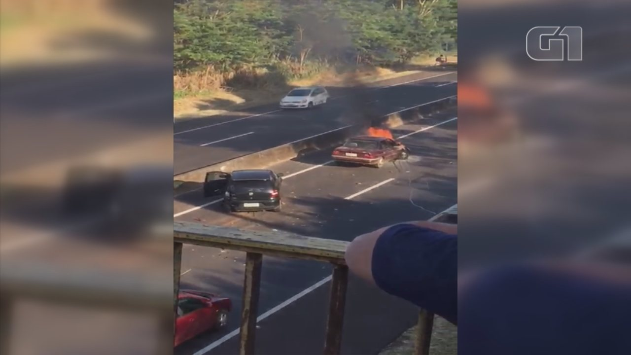 Carro pega fogo após acidente na Rodovia do Contorno em Marília