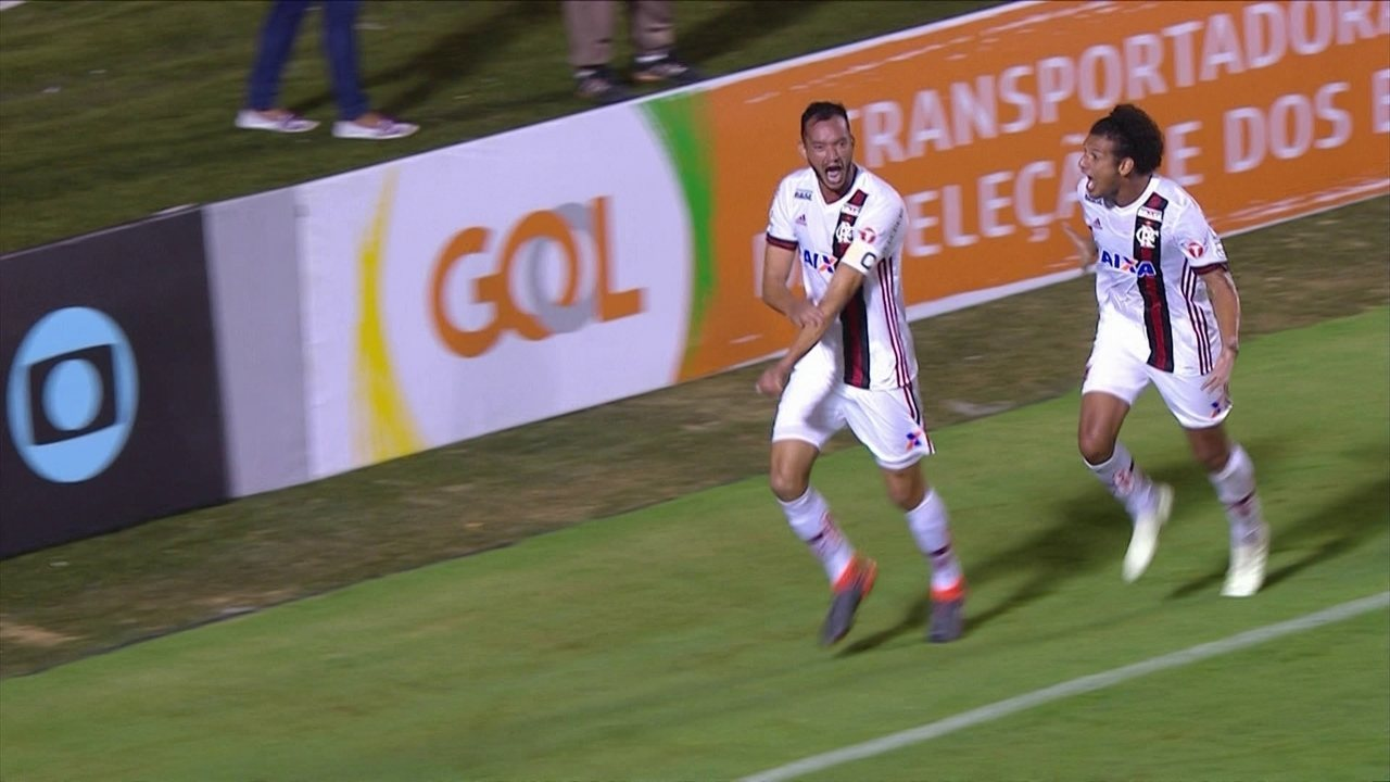 Gol do Flamengo! Geuvânio pega a sobra, cruza, e Réver faz de cabeça aos 26 do 2º tempo