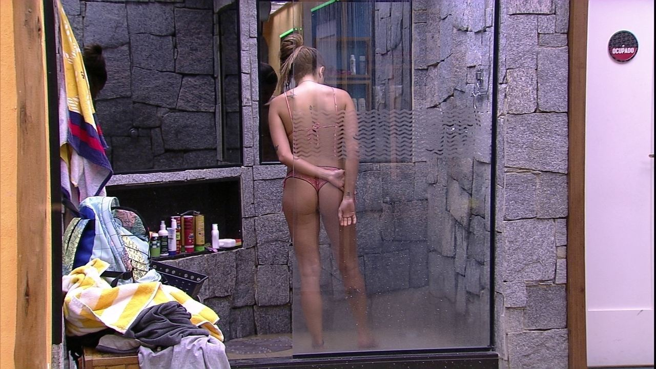 Paula toma banho de chinelos