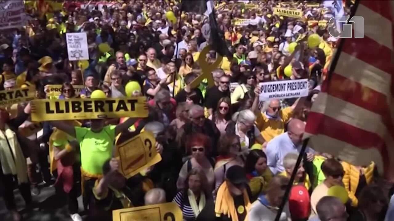 Manifestantes vão às ruas de Barcelona em apoio a líderes separatistas