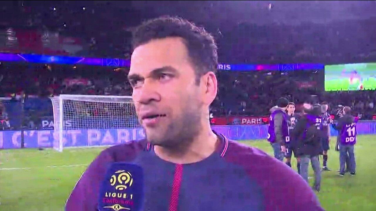 Dani Alves comemora título francês, mas avisa: