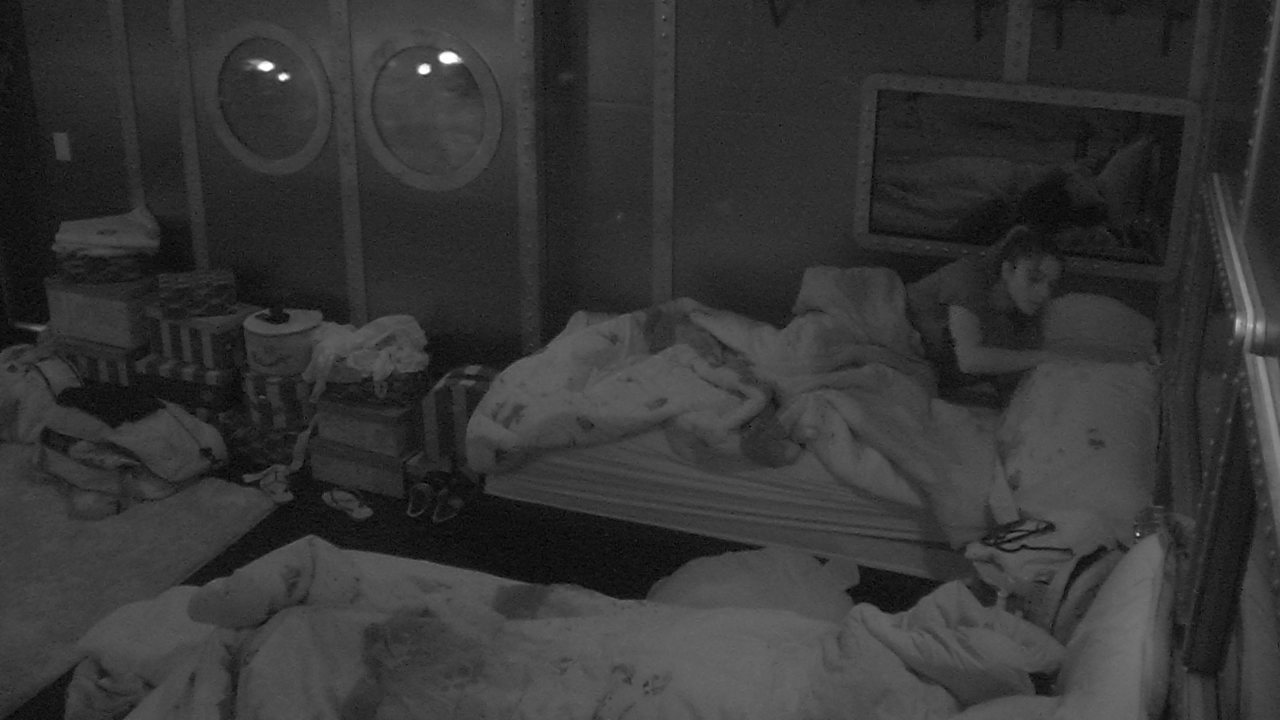 Paula deita sozinha na cama do Quarto Submarino