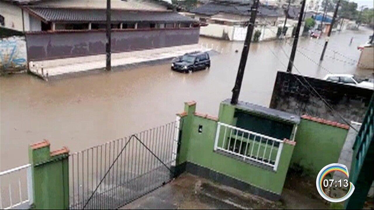 Chuva provoca alagamentos em Ubatuba