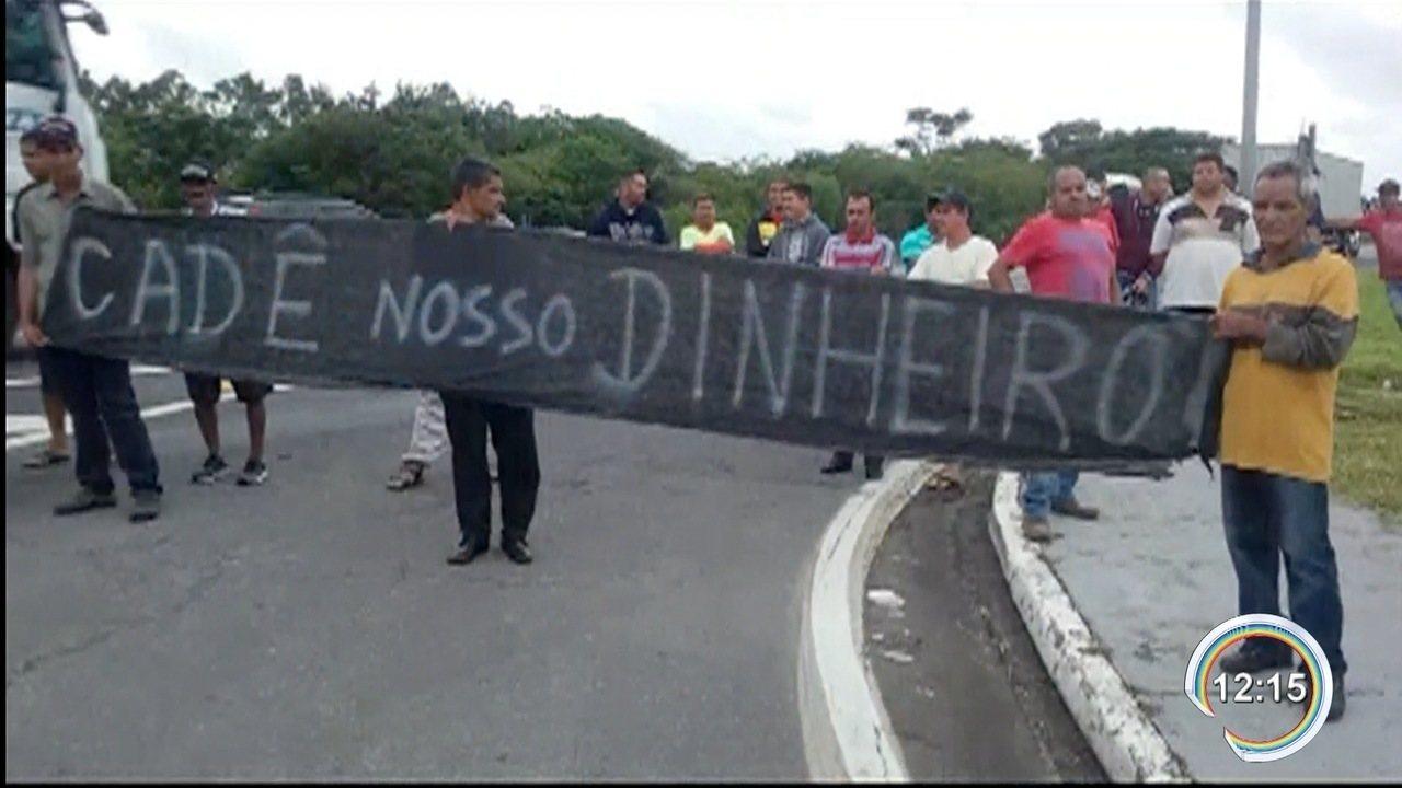 Cerca de 20 trabalhadores fizeram protesto na Dutra em Roseira