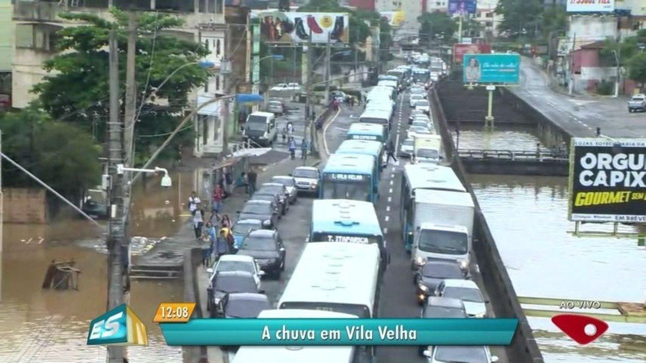 Chuva em Vila Velha causa alagamentos e invade casas