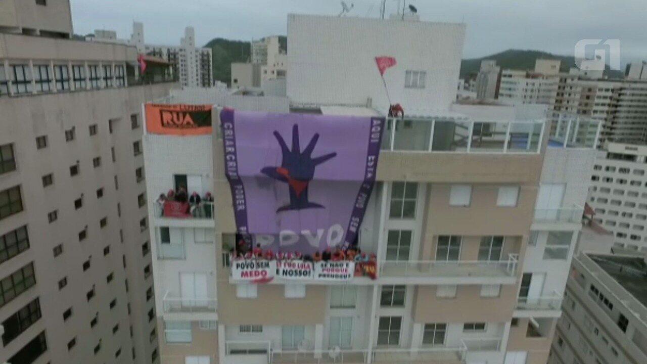 Triplex atribuído a Lula é invadido por manifestantes do MTST em Guarujá, SP