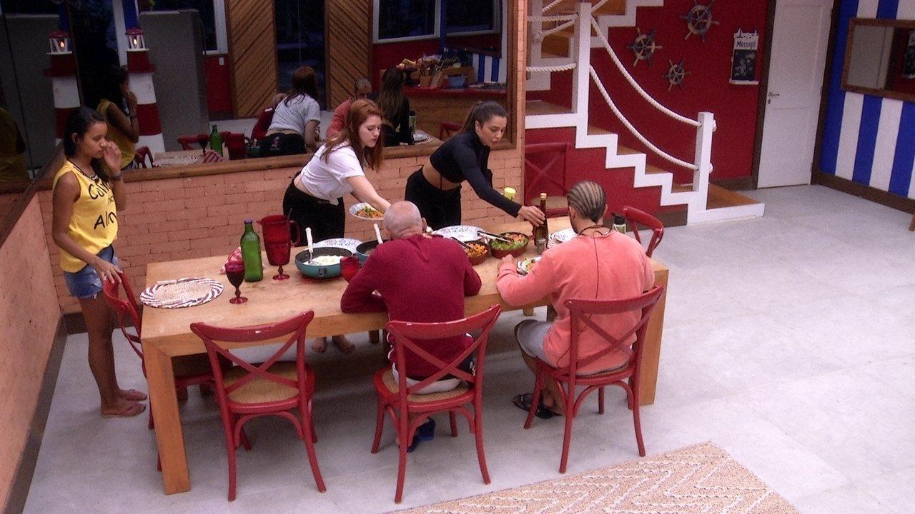 Brothers almoçam reunidos na mesa da cozinha