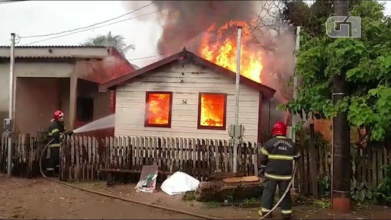Fogo destrói casa de madeira no bairro Prainha em Santarém