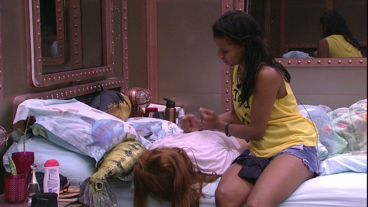 Gleici faz massagem nas costas de Ana Clara