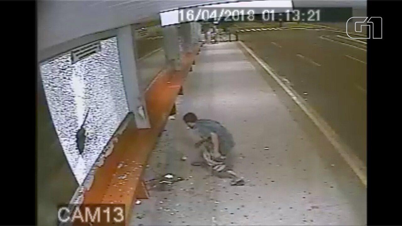 Câmera de segurança registra ação de jovem depredando ponto de ônibus em Campo Grande